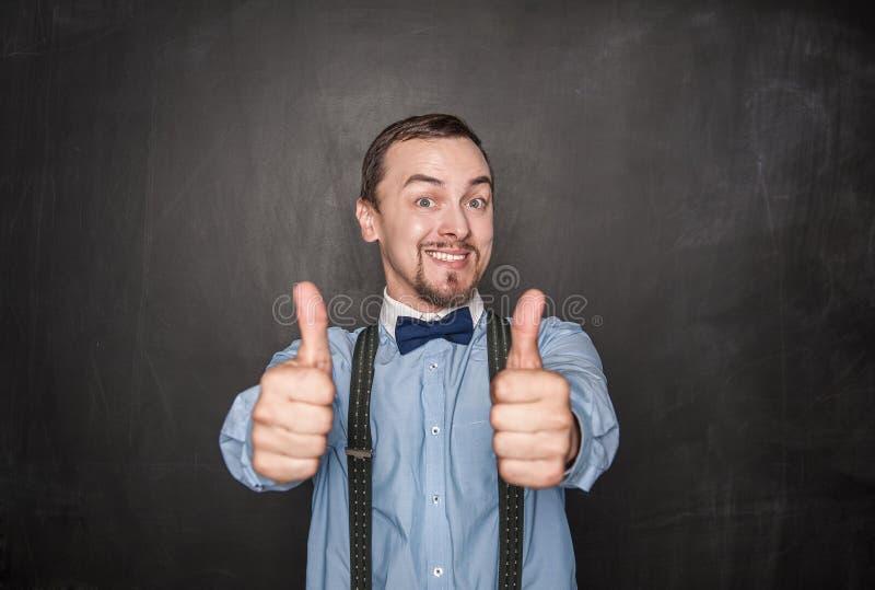 Glücklicher Geschäftsmann oder Lehrer, die sich Daumen zeigen lizenzfreie stockbilder
