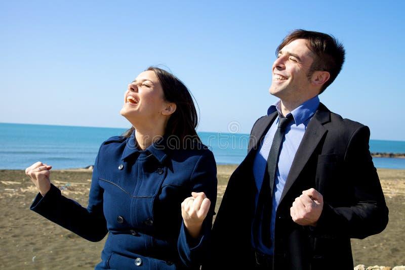 Glücklicher Geschäftsmann und Frau, die das Abkommen gewonnen feiert lizenzfreie stockbilder