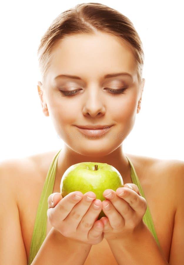 Glücklicher gesunder Frauenholdingapfel lizenzfreie stockfotos