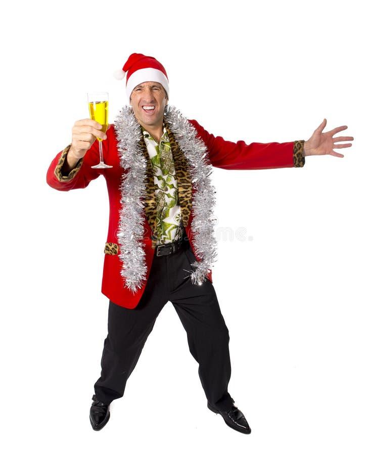 Glücklicher getrunkener älterer Geschäftsmann der Rührstange in der Champagne Christmas-Toastpartei bei der Arbeit, die Sankt-Hut stockfoto