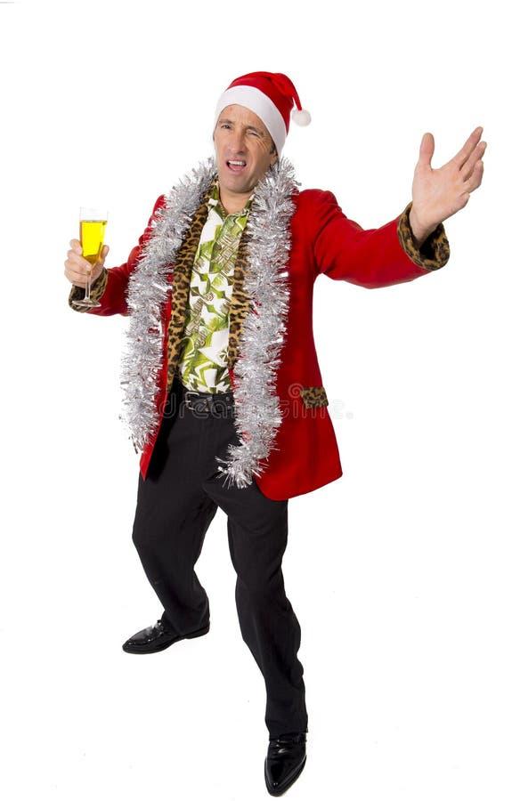 Glücklicher getrunkener älterer Geschäftsmann der Rührstange in der Champagne Christmas-Toastpartei bei der Arbeit, die Sankt-Hut lizenzfreie stockfotografie