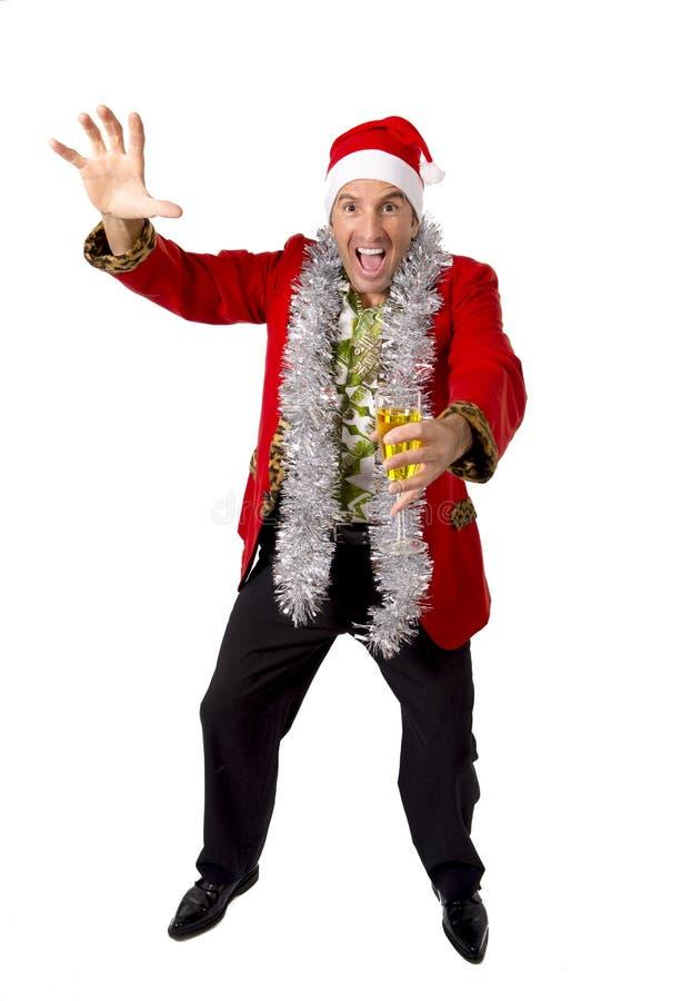 Glücklicher getrunkener älterer Geschäftsmann der Rührstange in der Champagne Christmas-Toastpartei bei der Arbeit, die Sankt-Hut lizenzfreies stockbild