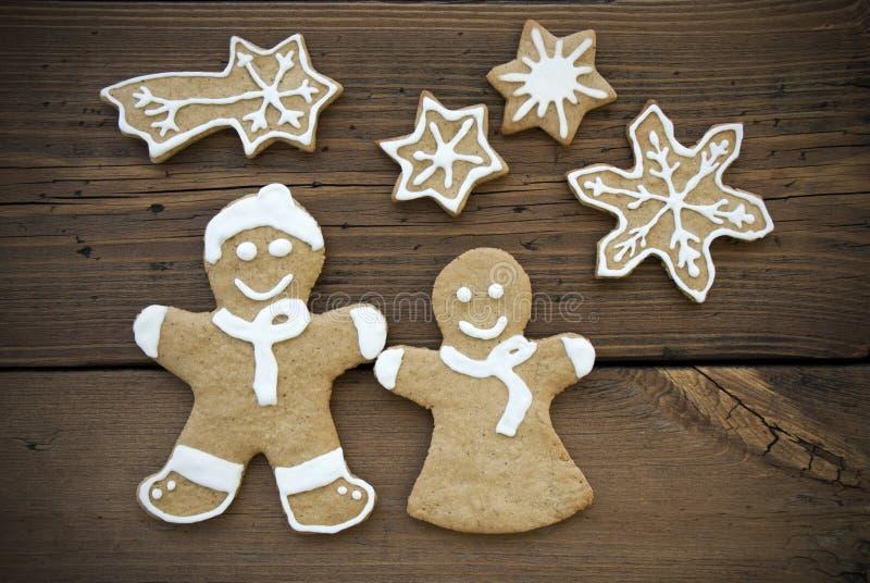 Glücklicher Ginger Bread Couple mit Sternen lizenzfreies stockfoto