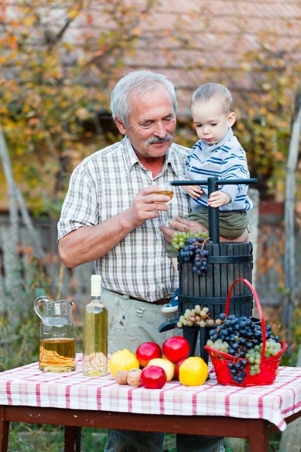 Glücklicher Großvater mit Erb lizenzfreie stockfotografie