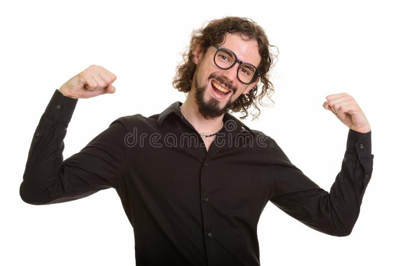 Glücklicher hübscher kaukasischer Mann, der mit den Armen angehoben motiviert schaut stockfoto