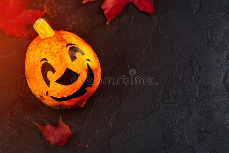Glücklicher Halloween-Feiertagshintergrund mit lustigem Kürbis und Herbstlaub stockbilder