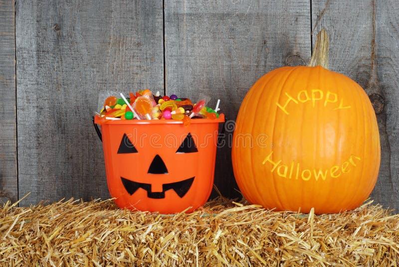 Glücklicher Halloween-Kürbis und Süßigkeit lizenzfreie stockfotos