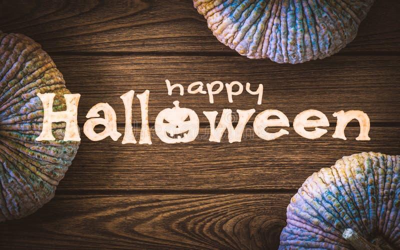 Glücklicher Halloween-Tag Draufsicht von rohen Kürbisen auf hölzerner Tabellenrückseite stockbild