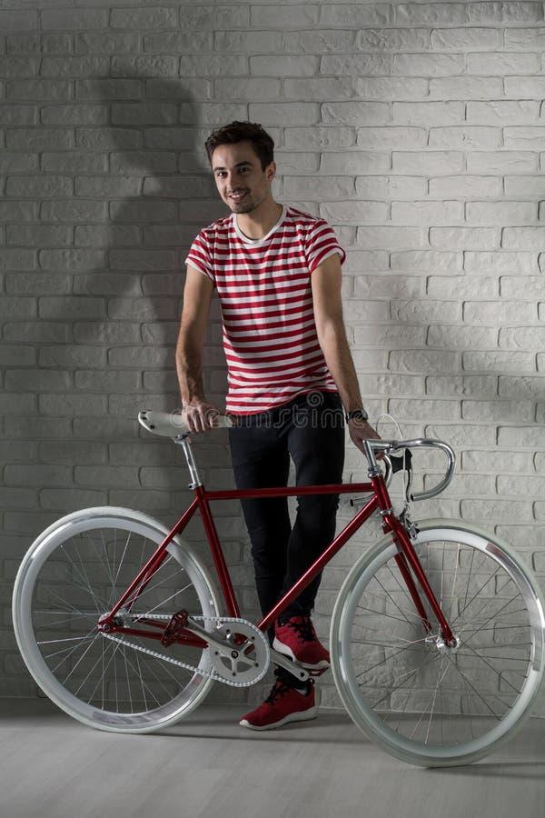 Glücklicher Hippie-Junge und sein Fahrrad lizenzfreie stockfotos