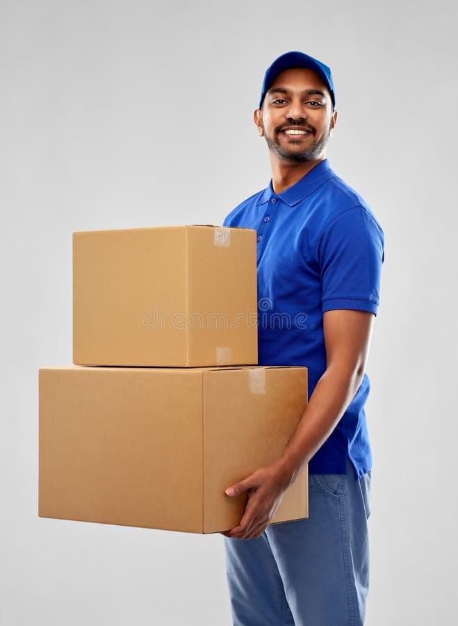 Glücklicher indischer Lieferer mit Paketkästen lizenzfreies stockbild