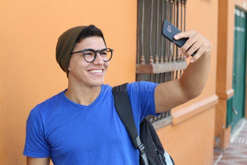 Glücklicher Jugendlicher, der ein selfie nimmt lizenzfreies stockbild