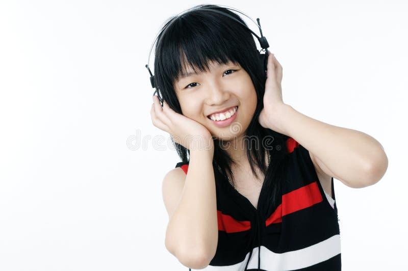 Glücklicher Jugendlicher, der Musik hört stockbild