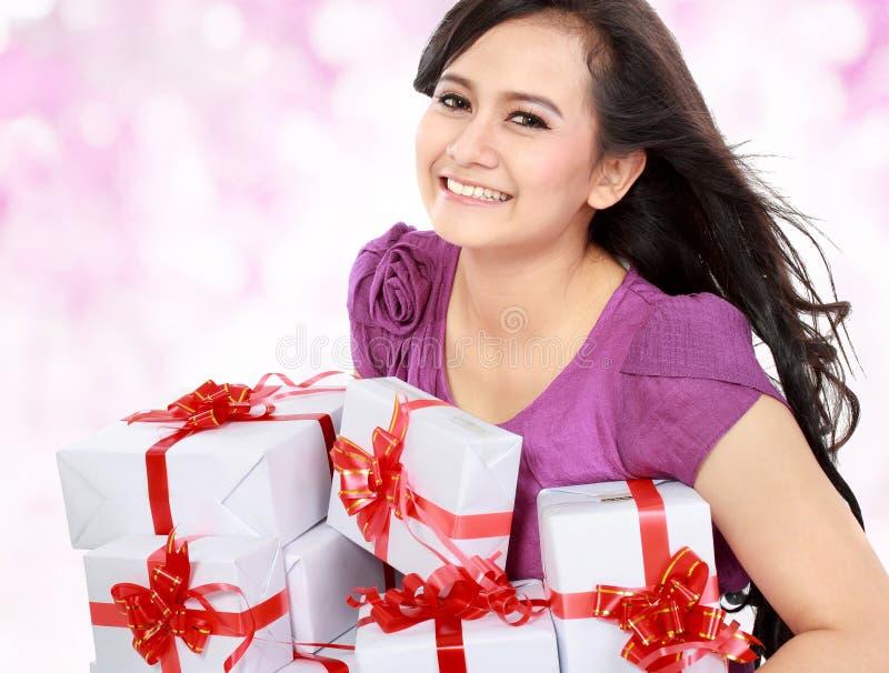 Glücklicher Jugendlicher holen irgendein Geschenk stockfotos