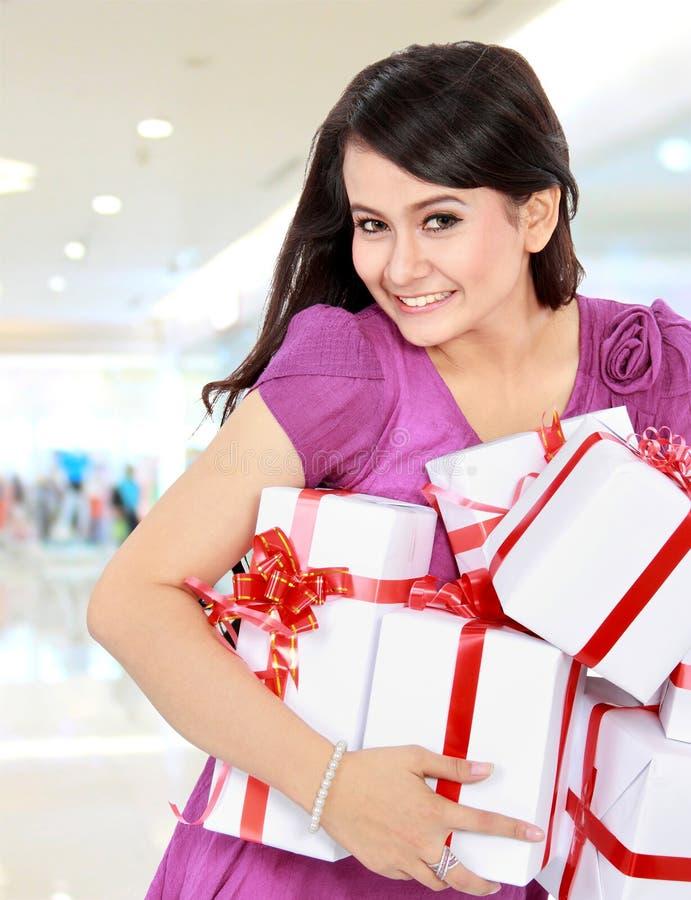 Glücklicher Jugendlicher holen irgendein Geschenk lizenzfreie stockbilder