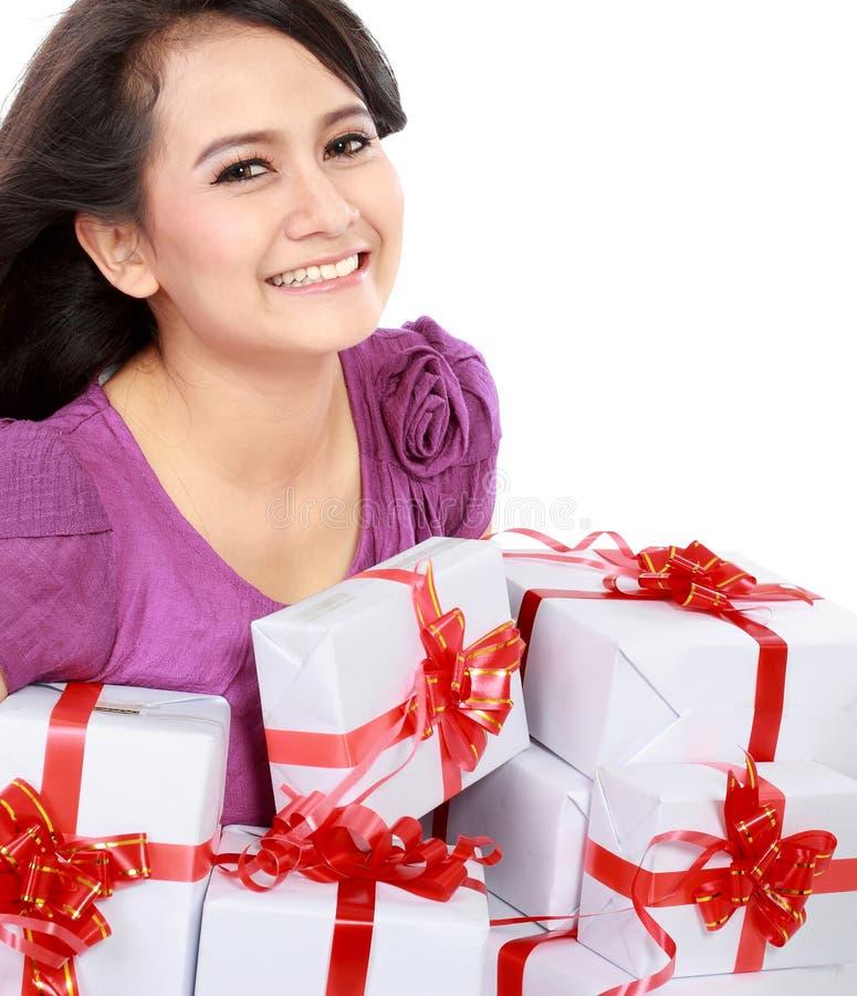 Glücklicher Jugendlicher holen irgendein Geschenk lizenzfreies stockfoto