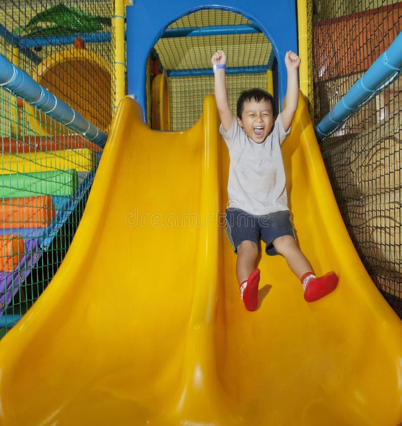 Glücklicher Junge auf Spielplatz stockfoto