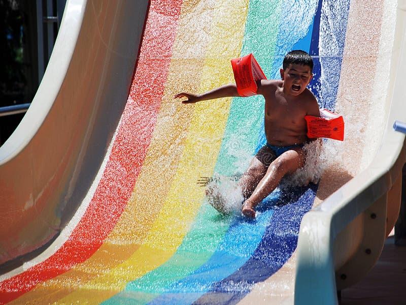Glücklicher Junge, der aquapark spielt lizenzfreies stockfoto