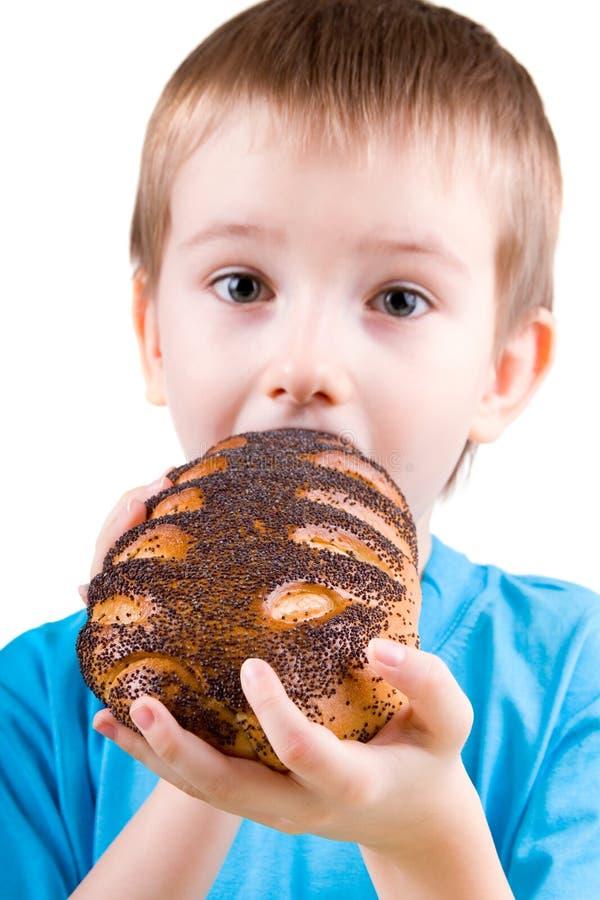 Glücklicher Junge, der Brot isst lizenzfreie stockfotos