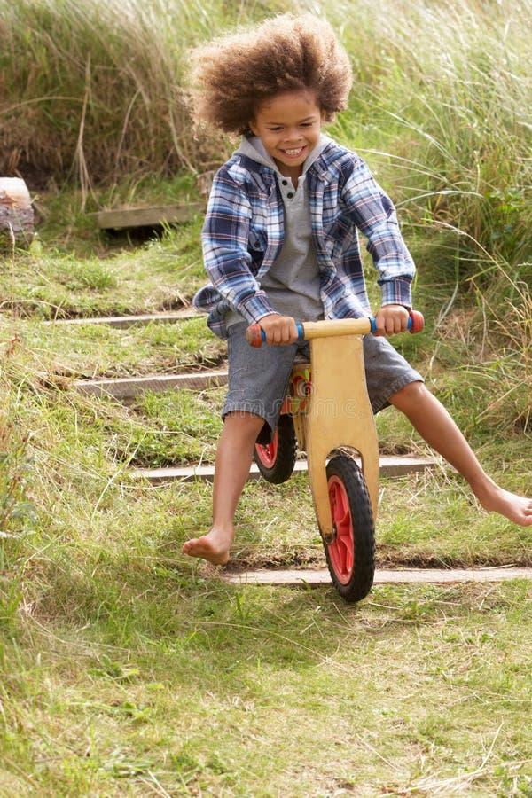 Glücklicher Junge, der ein Fahrrad reitet lizenzfreies stockbild