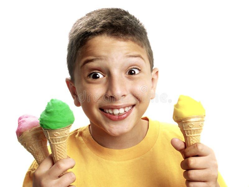 Glücklicher Junge, der Eis zeigt lizenzfreie stockfotos