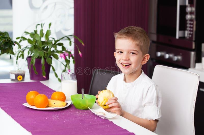 Glücklicher Junge, der frühstückt stockbild