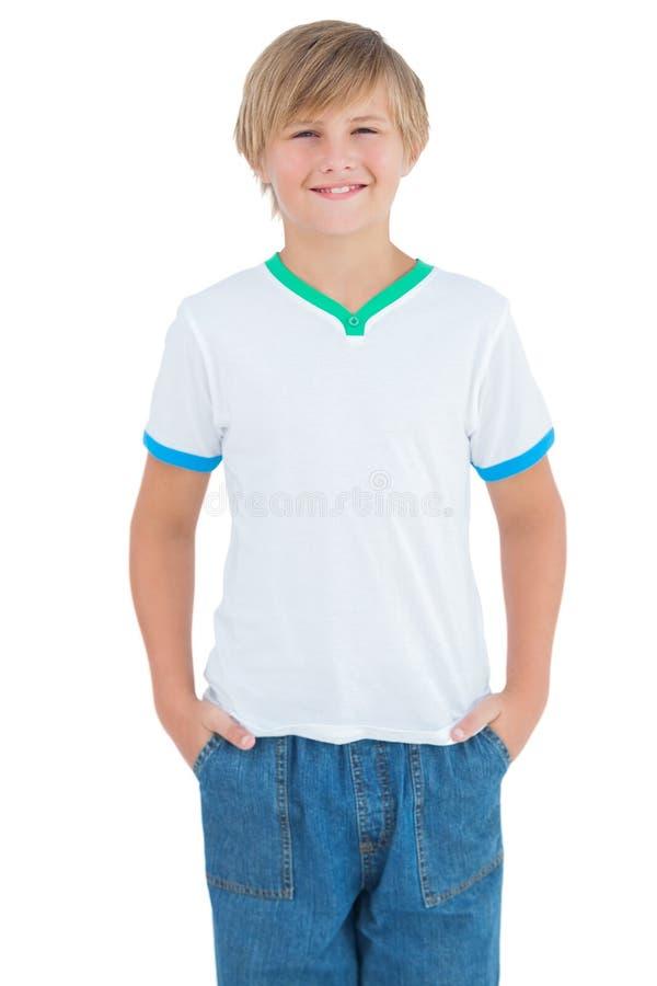 Glücklicher Junge, der mit einem weißen Hemd lächelt lizenzfreie stockbilder