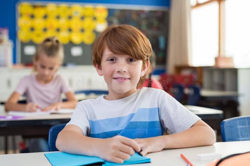 Glücklicher Junge an der Volksschule lizenzfreie stockfotos