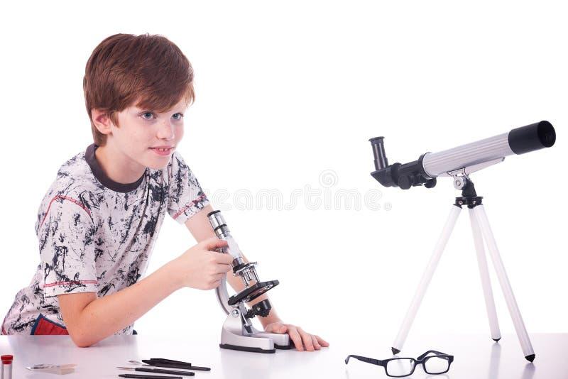 Glücklicher Junge, der Wissenschaft studiert stockbilder
