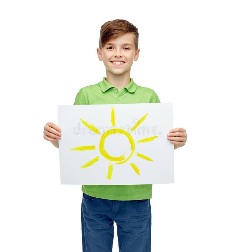 Glücklicher Junge, der Zeichnung oder Bild der Sonne hält lizenzfreie stockbilder