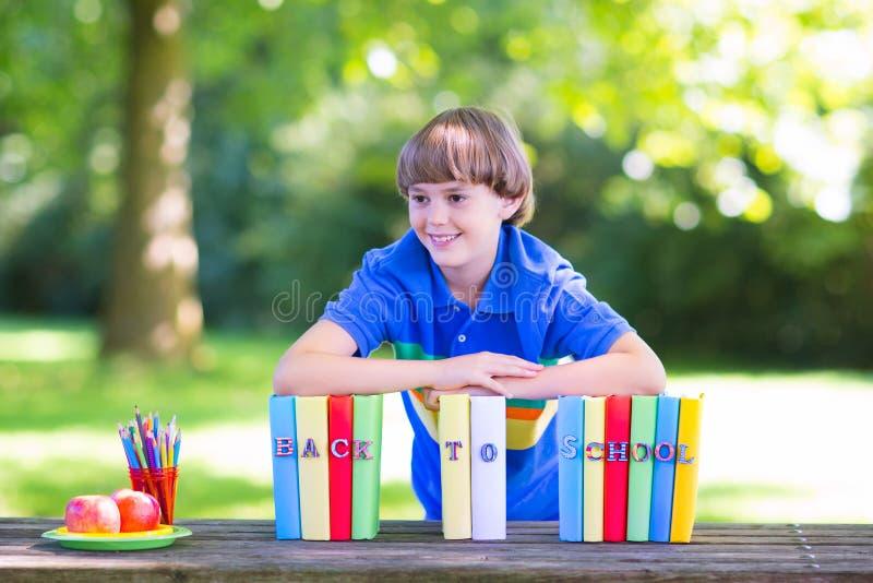 Glücklicher Junge, der zurück zur Schule geht lizenzfreies stockbild