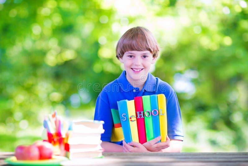 Glücklicher Junge, der zurück zur Schule geht lizenzfreies stockfoto