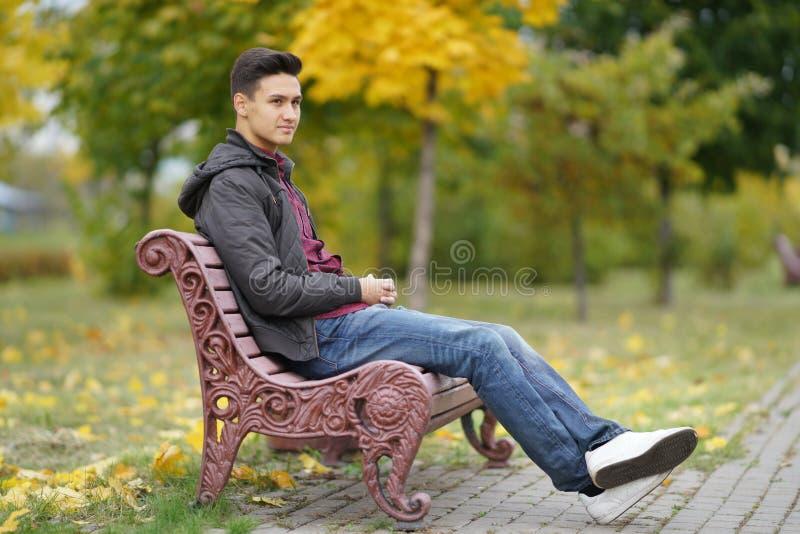 Glücklicher Junge draußen im Herbst lizenzfreies stockbild