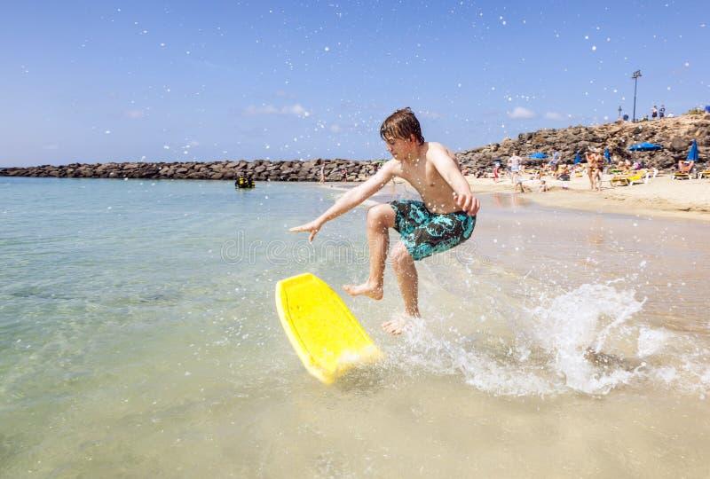 Glücklicher Junge genießt zu surfen stockfotos