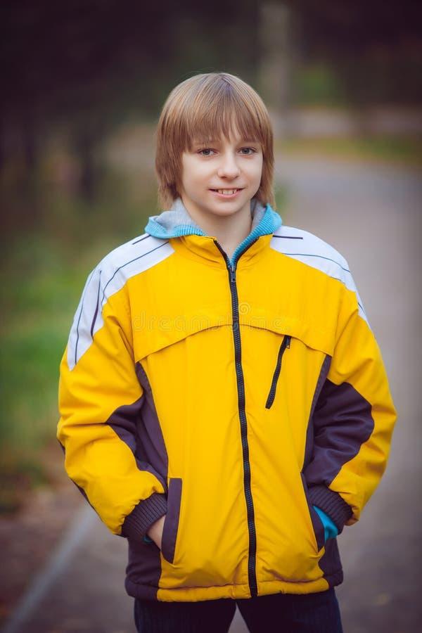 Glücklicher Junge im Herbstpark stockfoto