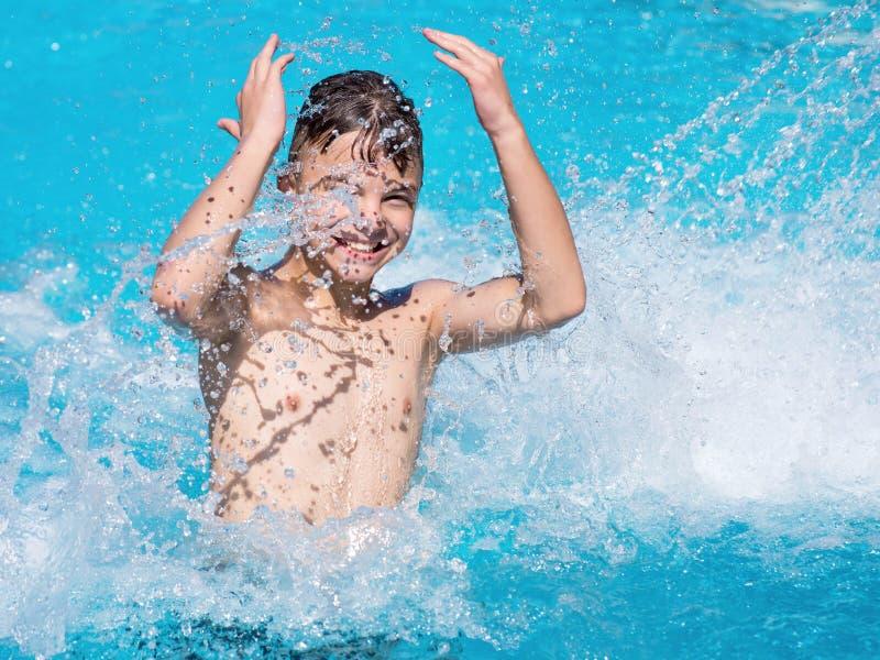 Glücklicher Junge im Pool lizenzfreie stockbilder