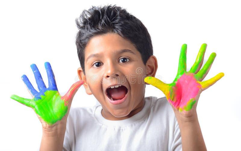 Glücklicher Junge mit der Farbe, die Spaß hat lizenzfreie stockfotos