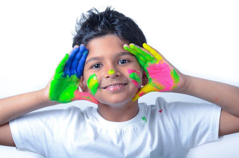 Glücklicher Junge mit der Farbe, die Spaß hat stockbilder