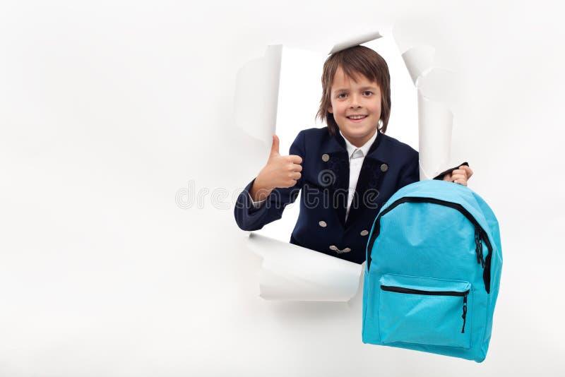 Glücklicher Junge mit der Schultasche bereit, neue Sachen zu lernen stockfotos