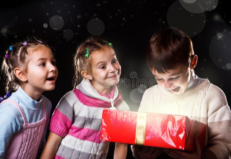 Glücklicher Junge mit einem Geschenk lizenzfreies stockbild