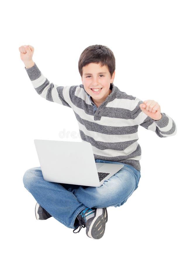 Glücklicher Junge mit einer Tablette lizenzfreie stockfotografie