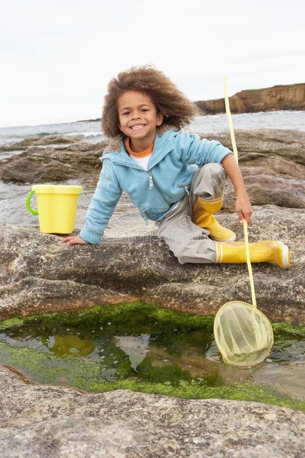 Glücklicher Junge mit Fischernetz stockbild