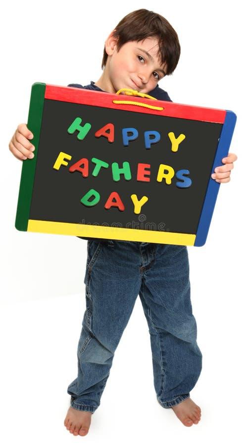 Glücklicher Junge mit glücklichem Vatertags-Zeichen lizenzfreie stockfotografie