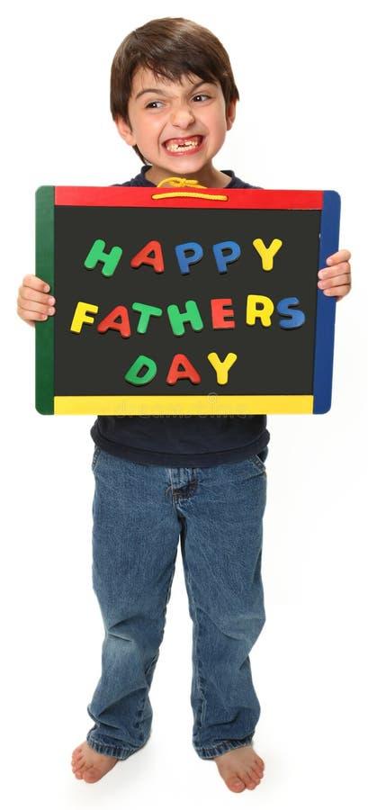 Glücklicher Junge mit glücklichem Vatertagszeichen stockfotos