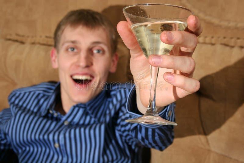 Glücklicher Junge mit Martini stockbild