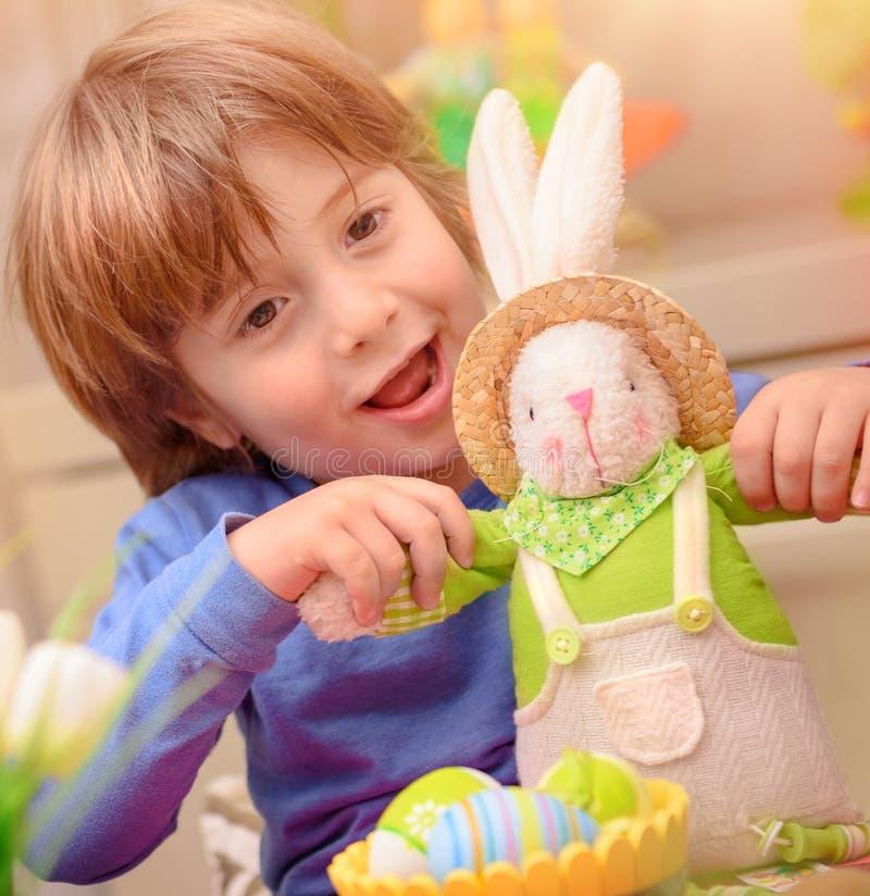 Glücklicher Junge mit Osterhasen stockfoto