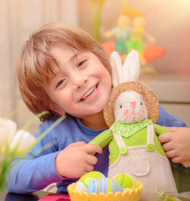 Glücklicher Junge mit Osterhasen stockfotos