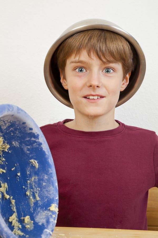Glücklicher Junge mit Schüssel auf seinem Kopf lizenzfreies stockfoto