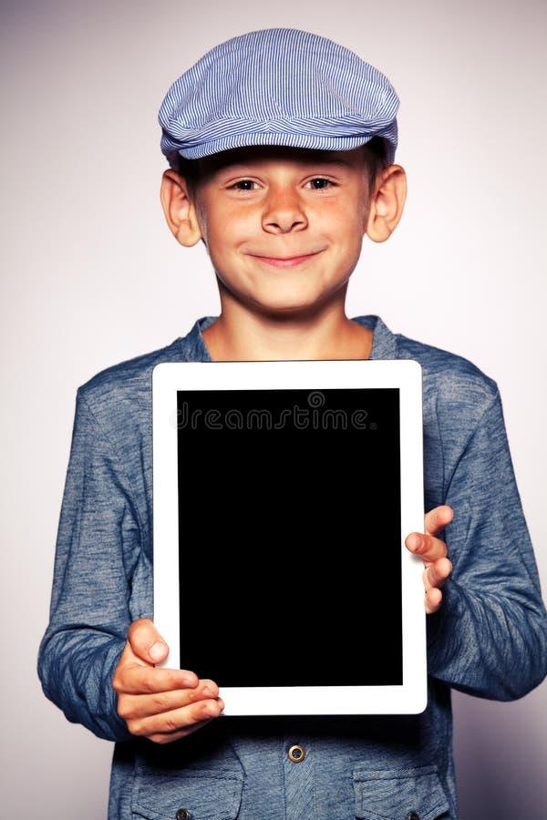 Glücklicher Junge mit Tablettecomputer stockfoto