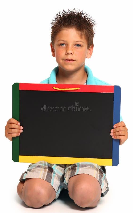 Glücklicher Junge mit Tafel stockfotografie