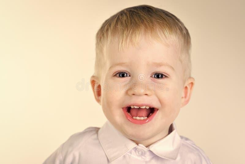 Glücklicher Junge Porträt des glücklichen frohen schönen Jungen stockfotografie